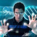 Un homme manipule des données numériques
